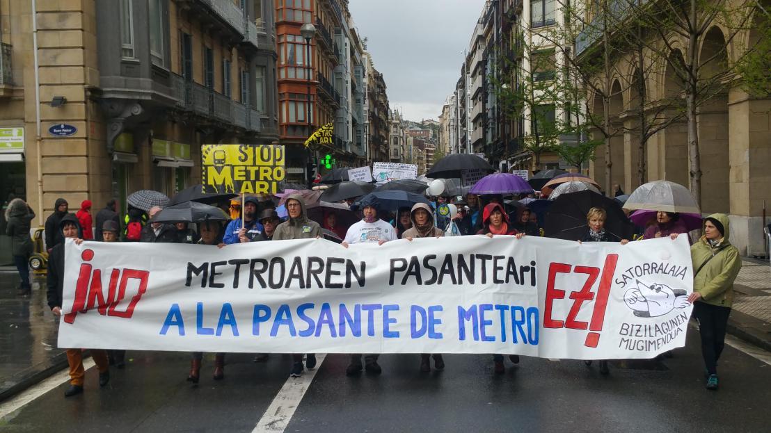 Metroaren  pasantea  gelditzeko  manifestazioa